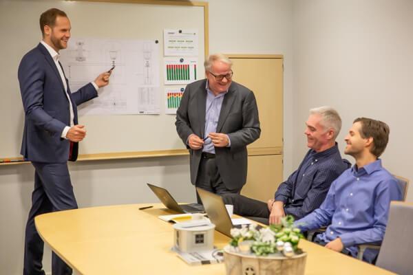 Från vänster: Johan Enochsson (VD REHOBOT Hydraulics AB), Kjell-Roger Holmström (Obadja AB), Per-Anders Eliasson (CFO Obadja-koncernen), Filip Redéen (Obadja AB)